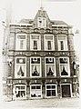 """Waagplein 7, deel van hotel restaurant tea-room """"De Valkshoek."""" Segmentbogen, muurankers. - RAA011007987 - RAA Elsinga.jpg"""