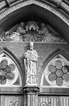 westgevel, beeld van de heilige dionysius boven ingangspartij - tilburg - 20345148 - rce