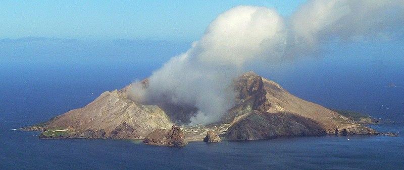 Landeanflug mit Helikopter zum Krater von White Island