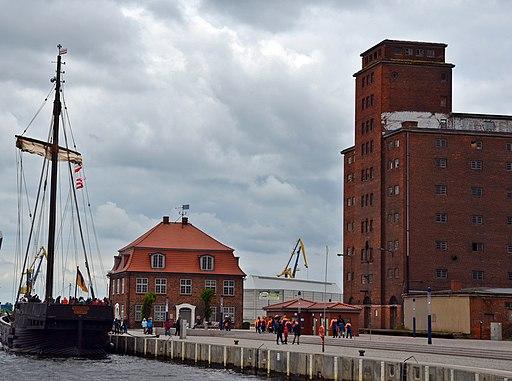 Wismar, Blick auf den Hafen , links die Kogge Wismaria 12