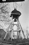 witgeschilderde klokkenstoel met helmdak, op het kerkhof - akmarijp - 20005462 - rce