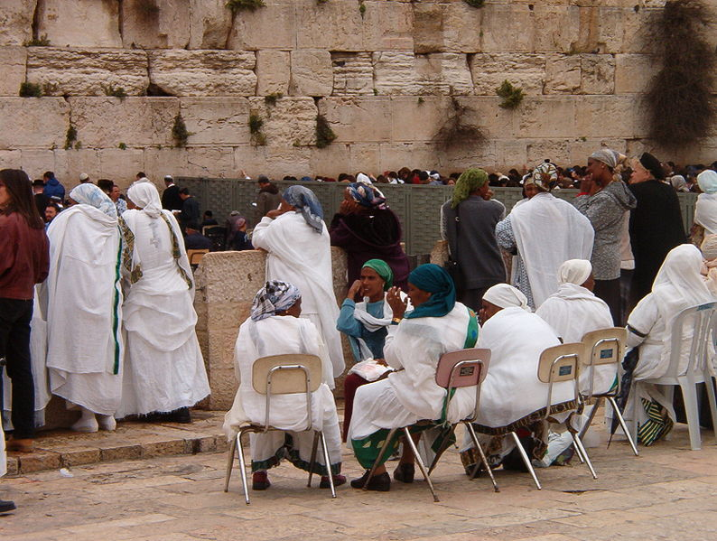 File:Women at kotel.jpg