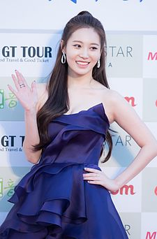 Yura - 2016 Gaon Chart K-pop Awards red carpet 01.jpg