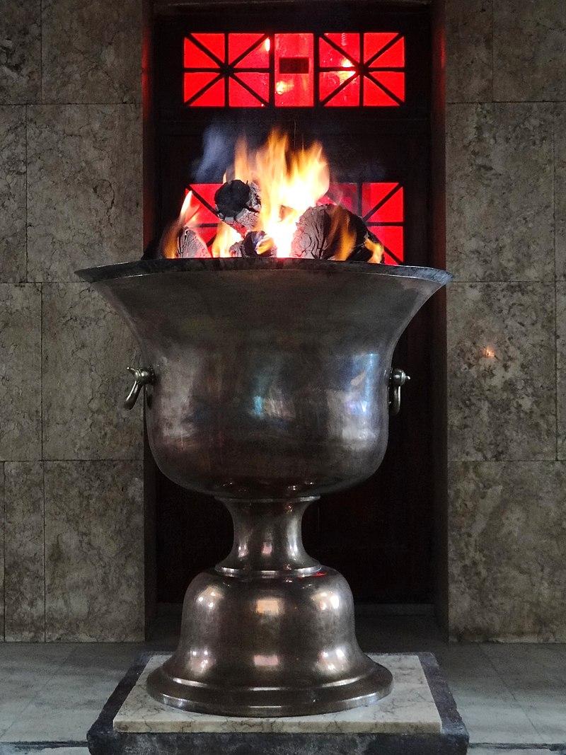 آتش بهرام در یک آتشکده؛ بُرزینمِهر از گونه آتش بهرام (ورهرام) بوده که از والاترین و مقدسترین آتشها در کیش زرتشتی است. با فراگرد آوردن شانزده آتش از شانزده منبع مختلف، و تطهیر آن در ۱۱۲۸ بار، در طی آیینی، آتش بهرام فراهم میآید. چنانکه در متون آمدهاست: آتش برزیسِوَه (مینوی آتشان که جایگاه آن در نزد هرمزد خدای در گَردومان است) از آسمان بدان آتش فرود خواهد آمد و براستی؛ روانِ آتش بهرام است.
