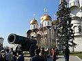 Московский Кремль. Царь-пушка на фоне Успенского собора.jpg