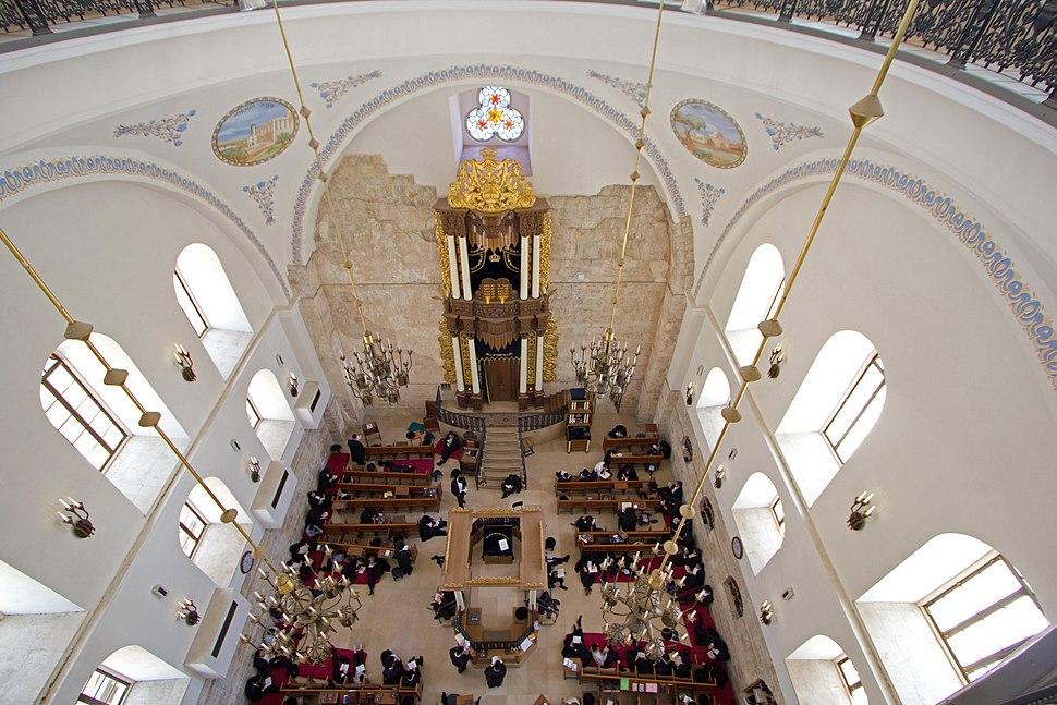 """אולם בית הכנסת """"החורבה"""" בשעת תפילה"""