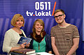 0511 tv.lokal, nur drei aus dem ehrenamtlich arbeitenden Team von h1 - Fernsehen aus Hannover, Studio Georgsplatz 11, v.l. Renate Scheiblich, Vanessa Rohde und Mario Sadlau vor den Büchern von Bernd Schwabe.jpg