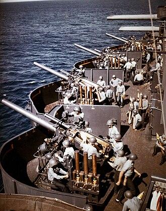 "5""/25 caliber gun - Image: 127mm gun battery aboard USS New Mexico (BB 40) off Saipan on 15 June 1944"