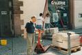1987-03-06 Michael Schoenholtz bei der Vorbereitung seiner Ausstellung im Leindwandhaus Ffm.png