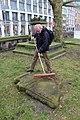 2015-02-17 Alter St.-Nikolai-Friedhof (Hannover), Reinigung Grabmal Jean Joseph La Croix (Fred Jaugstetter und Bernd Schwabe), (13).jpg