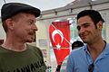 72d4c Detlef Reuleke, Mitglied von Bündnis90-Die Grünen, im solidarischen Gespräch mit dem deutsch-türkischen Ingenieur Çınar Ayden im Zelt der Mahnwache auf dem Klagesmarkt in Hannover.jpg