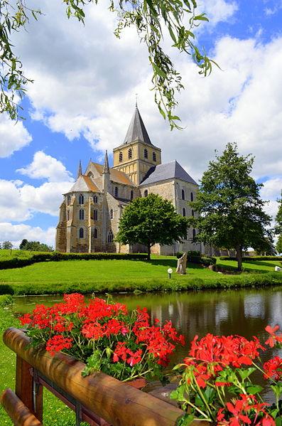Abbaye de Cerisy-la-Forêt vu depuis l'étang des moines.