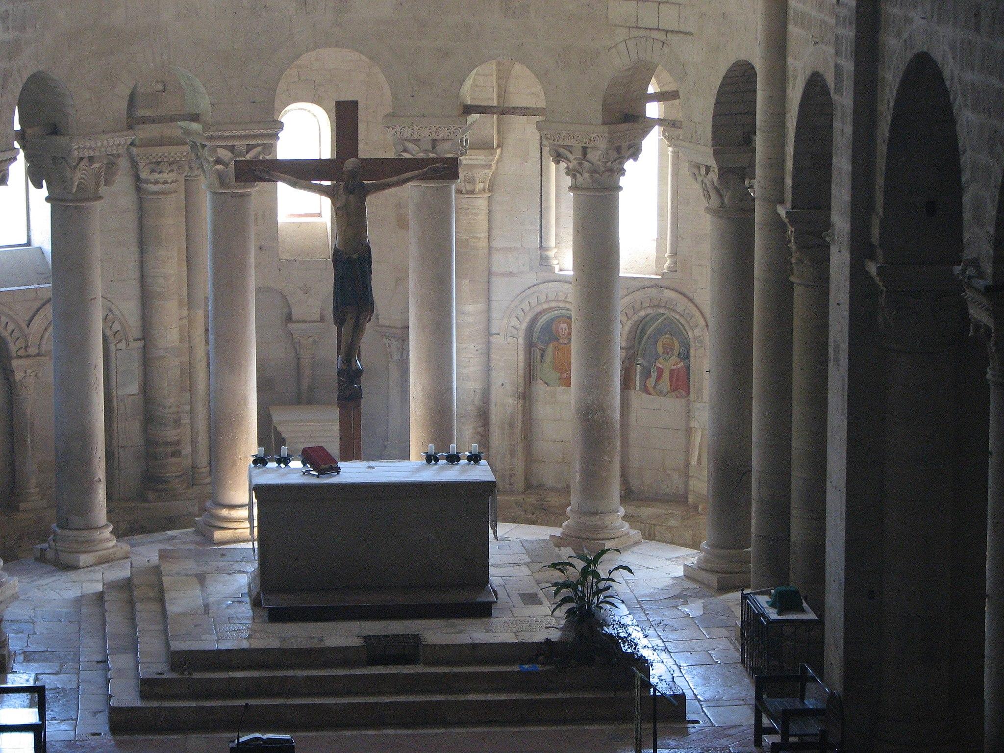 Abbazia di Sant'Antimo - 52 - L'altare maggiore e il crocifisso visti dal matroneo