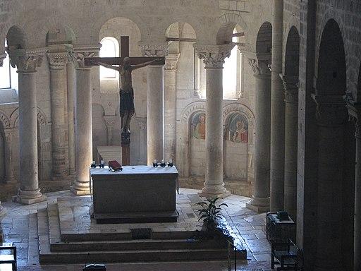 Abbazia di Sant'Antimo,  L'altare maggiore e il crocifisso visti dal matroneo