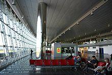 L'interno del terminal, vetrata con vista finger.