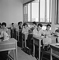 Alliance gymnasium Een klas met leerlingen in schooluniform, Bestanddeelnr 255-4687.jpg