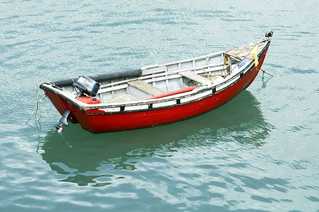 File:Alone Boat On Water Surface.jpg