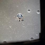 Photographie couleur du vaisseau spatial restant en orbite depuis le module à destination de la Lune.
