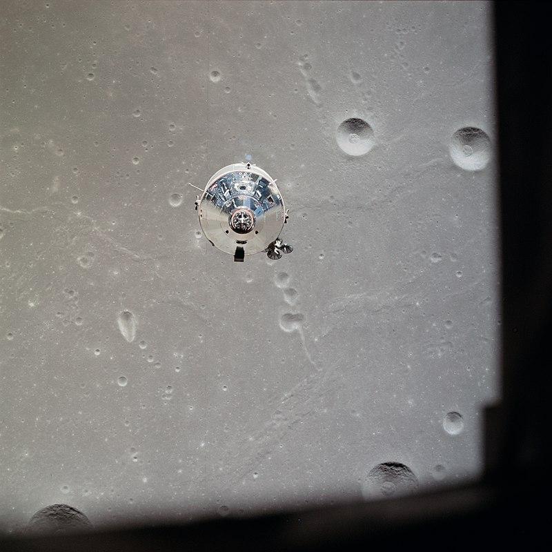 ภาพยานโคลัมเบีย หรือ Command and Service Modules (CSM) ถ่ายรูปจากยานอีเกิล ภาพโดย NASA