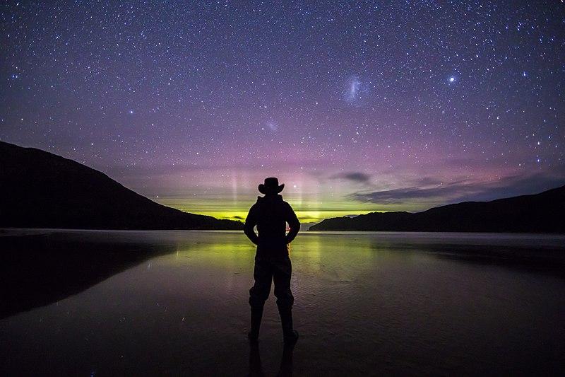 Ficheiro:Aurora Australis Over the Tasman Sea from SouthWest National Park.jpg