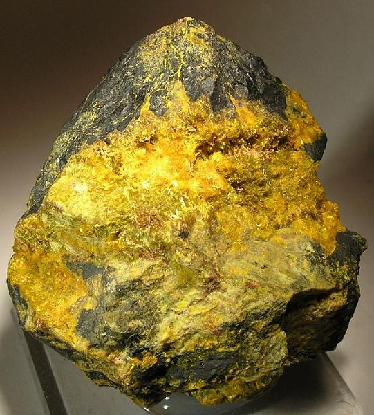 File:Becquerelite-Uraninite-38634.jpg