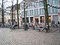 Beelden-op-bank Munsterplein Roermond Nederland.JPG