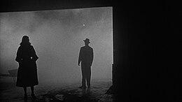 Due silhouetted del film noir La polizia bussa alla porta (1955)