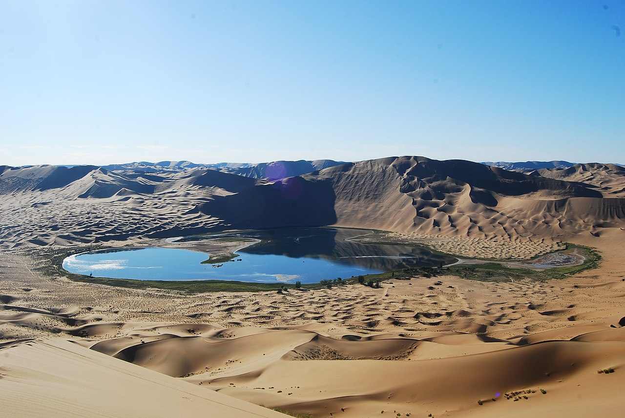 Danau Yinderitu di Gurun Badain Jaran di Mongolia Dalam