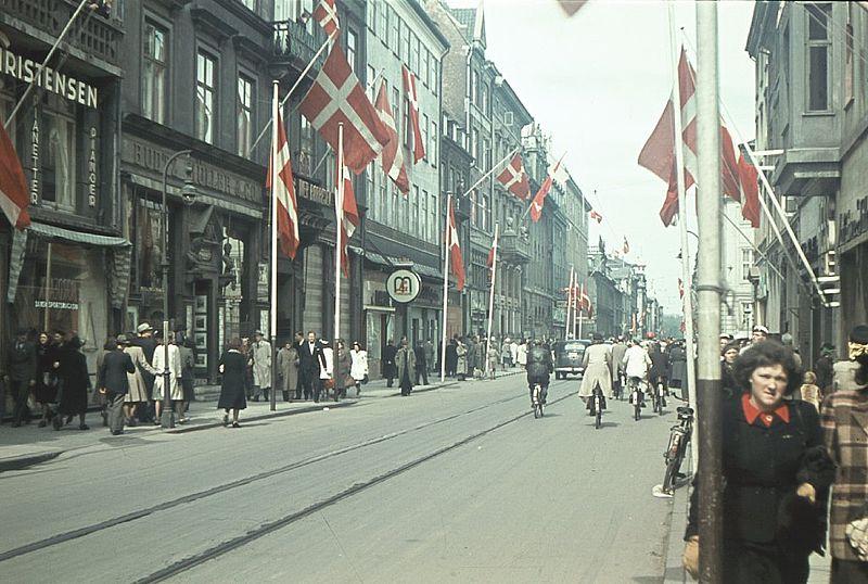 File:Bredgade (København) flagsmykket i anledning af befrielsen (8631602894).jpg