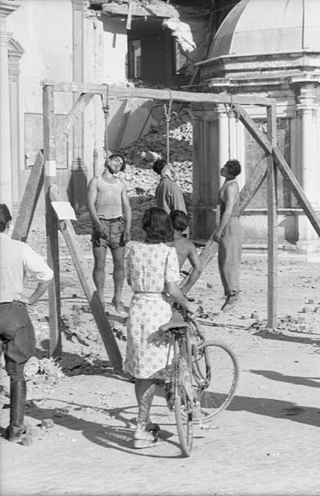 Three men executed by public hanging in a street of Rimini, 1944 Bundesarchiv Bild 101I-316-1190-23, Italien, drei erhangte Manner an Galgen.jpg