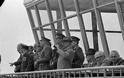 Bundesarchiv Bild 183-1983-0519-036, Magdeburg, Erich Honecker besucht die Truppe.jpg
