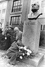 Bundesarchiv Bild 183-P1217-0009, Guben, Wilhelm-Pieck-Schule, Büste.jpg