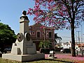 Busto em homenagem ao Coronel Francisco Orlando Diniz Junqueira, fundador da cidade, vendo ao fundo o paço municipal. - panoramio.jpg