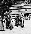 COLLECTIE TROPENMUSEUM Dansers en danseressen tijdens de Si gale gale dans met op de achtergrond de rajawoning te Simanindo TMnr 20000337.jpg