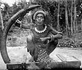 COLLECTIE TROPENMUSEUM Een man van de Tanimbar-eilanden met de slagtand van een olifant TMnr 10005717.jpg