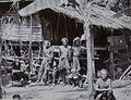 COLLECTIE TROPENMUSEUM Groepsportret van de inheemse bevolking voor een huis Atjeh TMnr 60054675.jpg
