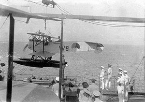 COLLECTIE TROPENMUSEUM Het in zee takelen van het watervliegtuig aan boord van de kruiser Java TMnr 10027836.jpg