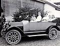 COLLECTIE TROPENMUSEUM Portret van een gezin in een auto met chauffeur TMnr 60054019.jpg