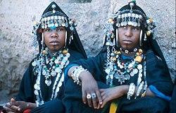 COLLECTIE TROPENMUSEUM Vrouwen van een Ahwash-dansgroep uit de Anti-Atlas tijdens het nationaal folklore festival te Marrakech TMnr 20017645