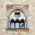 Castel del monte, esterno 11 trifora.jpg