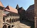 Castelul Corvinilor, curtea interioara.jpg