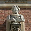 Château de Versailles, cour de marbre, buste d'empereur romain, Vdse 101 02.jpg