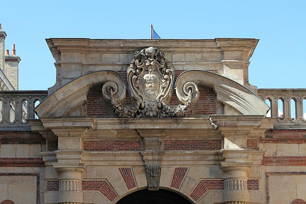 Fichier chartres h tel montescot 03 fronton de la porte for Porte de cour