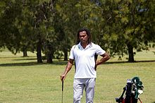 Portait de face de Christian Karembeu tenant un club de golf