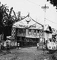 Collectie NMvWereldculturen, TM-20001034, Negatief- 'Welkomstpoort met gelukswens in het dorp', fotograaf Boy Lawson, 1971.jpg