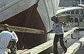 Collectie NMvWereldculturen, TM-20023566, Dia- 'Het lossen van een lading hout aan boord van een Buginese prauw in de haven Sunda Kelapa', fotograaf- Jaap de Jonge, 1993.jpg
