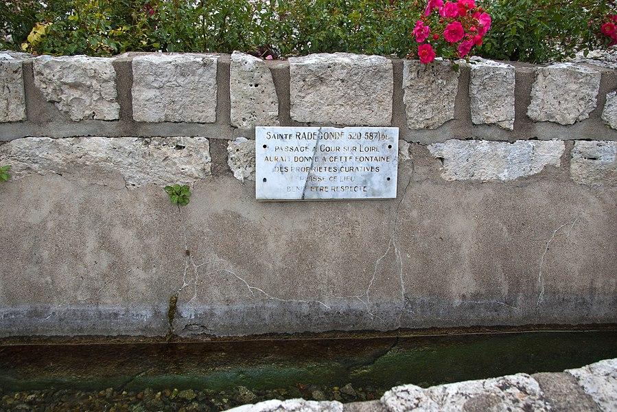 Source Sainte Radegonde.  En contrebas du château de Cour-sur-Loire, au bord du fleuve, la fontaine Sainte-Radegonde, aurait reçu de cette reine de France, épouse de Clotaire 1er (497-561), des propriétés curatives contre les rhumatismes.   Source St. Radegund.  Below the castle of Cour-sur-Loire, the river, the fountain St. Radegund, have received the queen of France, wife of Clotaire first (497-561), the curative properties against rheumatism.
