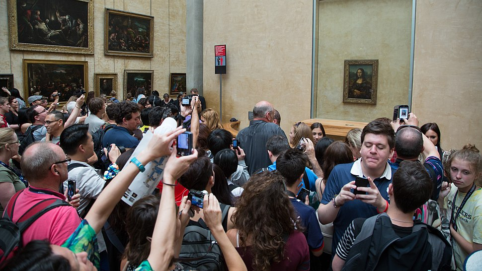 Crowd looking at the Mona Lisa at the Louvre