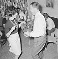Dansende gasten tijdens een feestje in huiselijke kring, Bestanddeelnr 255-4325.jpg