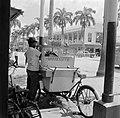 De Maagdenstraat in Paramaribo. Op de voorgrond een man met een koffiekarretje, Bestanddeelnr 252-4925.jpg